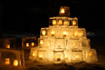 Linternas de hielo iluminan la noche en Vuollerim Foto: laplandvuollerim.se