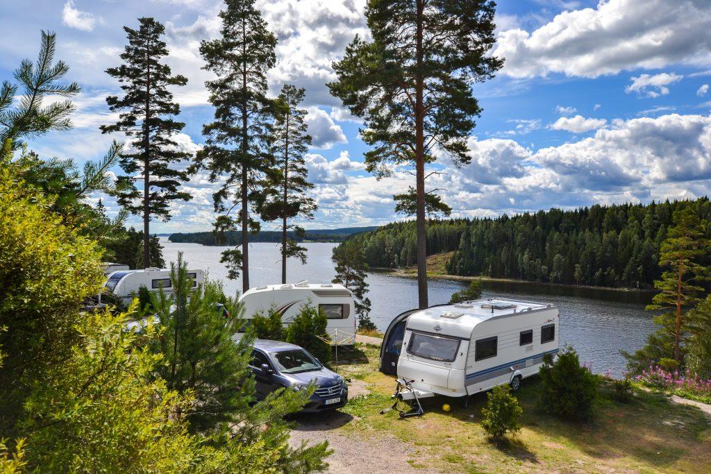 Caravanas en el camping Årjäng Sommarvik en Värmland, Suecia