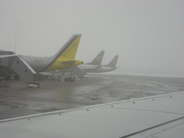 Curiosa fotografía de aviones de Ryanair en los fingers de Arlanda