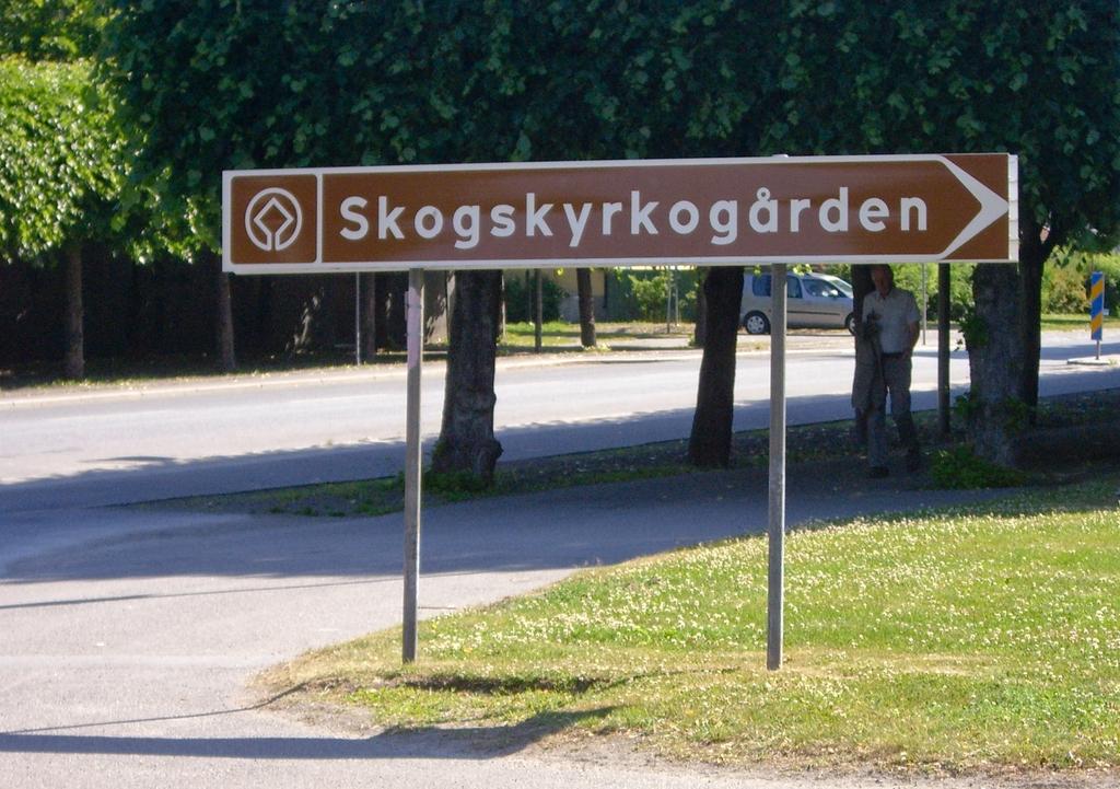 Rótulo indicativo de la entrada al Skogskyrkogård, foto: Israel Úbeda/sweetsweden.com