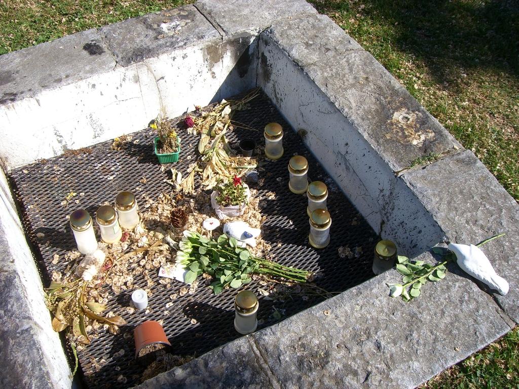Detalle de flores y velas conmemorativas en Almhöjden <br> Foto: Israel Úbeda / sweetsweden.com
