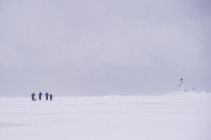 Caminando por el mar Báltico helado - Foto: Ted Logardt / visitskellefteå.se