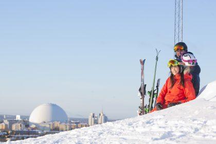 Familia esquiando en Hammarbybacken, Estocolmo, con el Globen al fondo Foto: Skistar