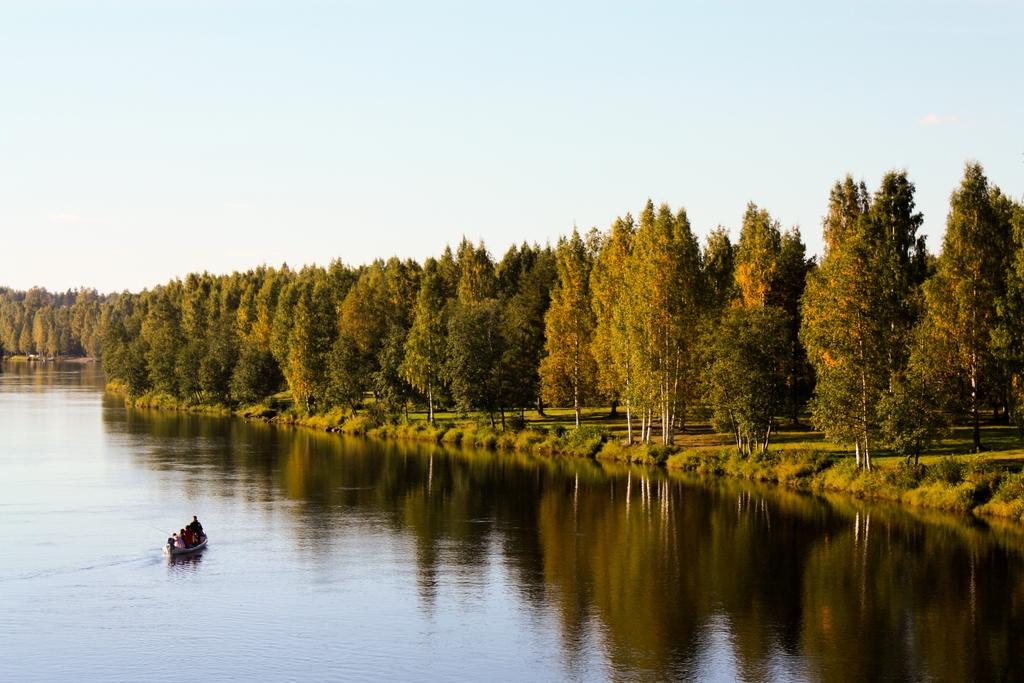 Pescando en barca en un río sueco <br> Foto: Israel Úbeda / sweetsweden.com