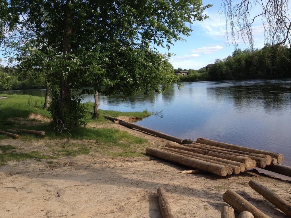 Apilando troncos para construir la balsa <br> Foto: Israel Úbeda / sweetsweden.com