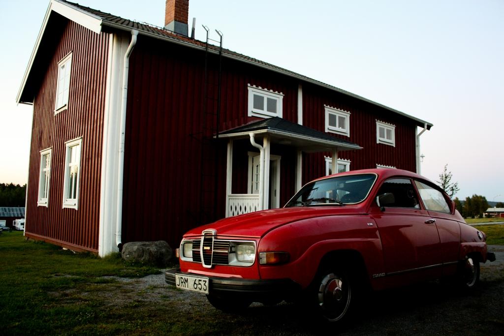 SAAB antiguo frente a cabaña sueca <br> Foto: Israel Úbeda / sweetsweden.com