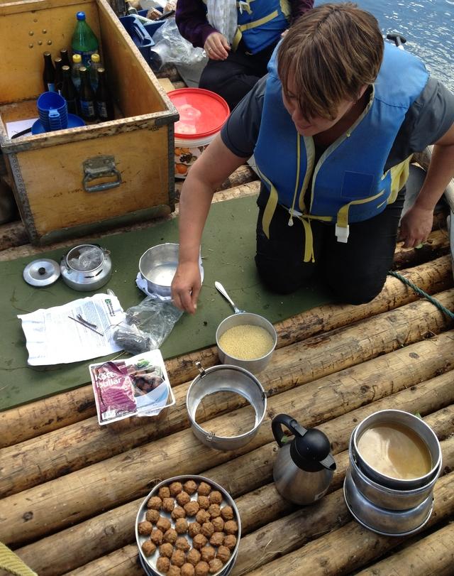 Maria preparando köttbullar a bordo de la balsa <br> Foto: Israel Úbeda / sweetsweden.com