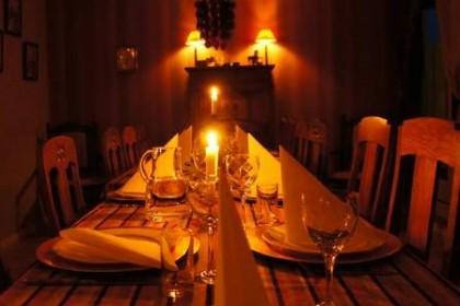 La mesa preparada para la Cena de casa en casa de Vuollerim