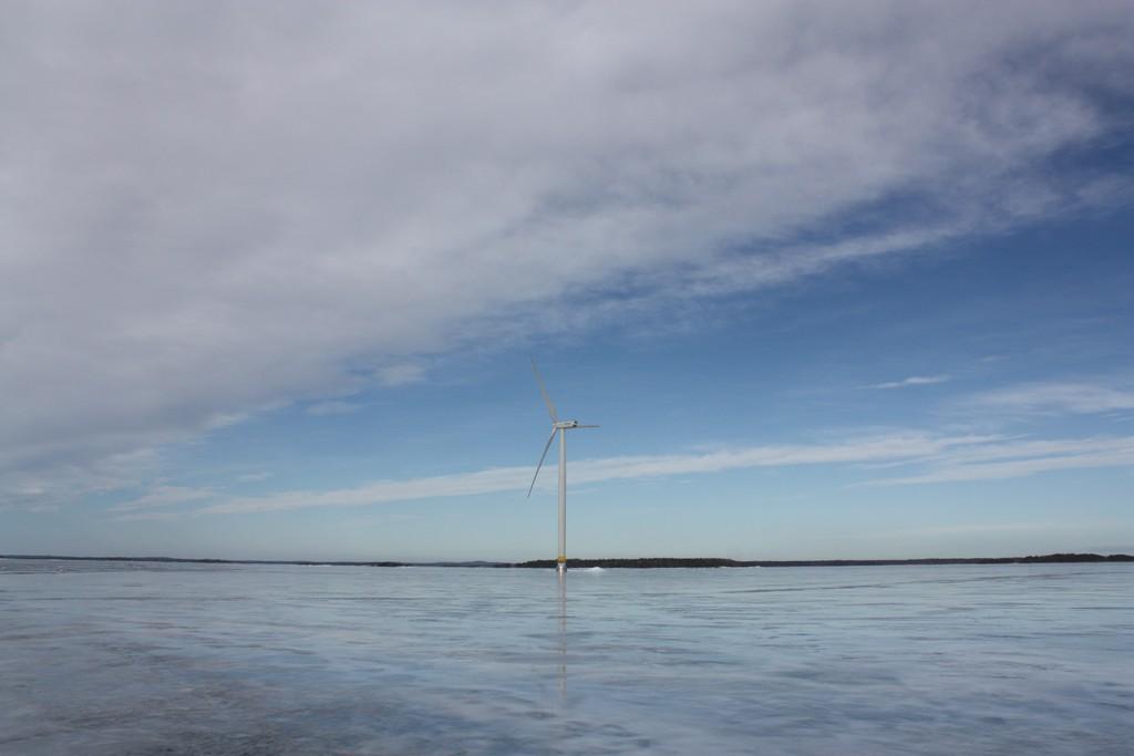 Una imagen preciosa de un aerogenerador en el Vänern, foto: Israel Úbeda/sweetsweden.com