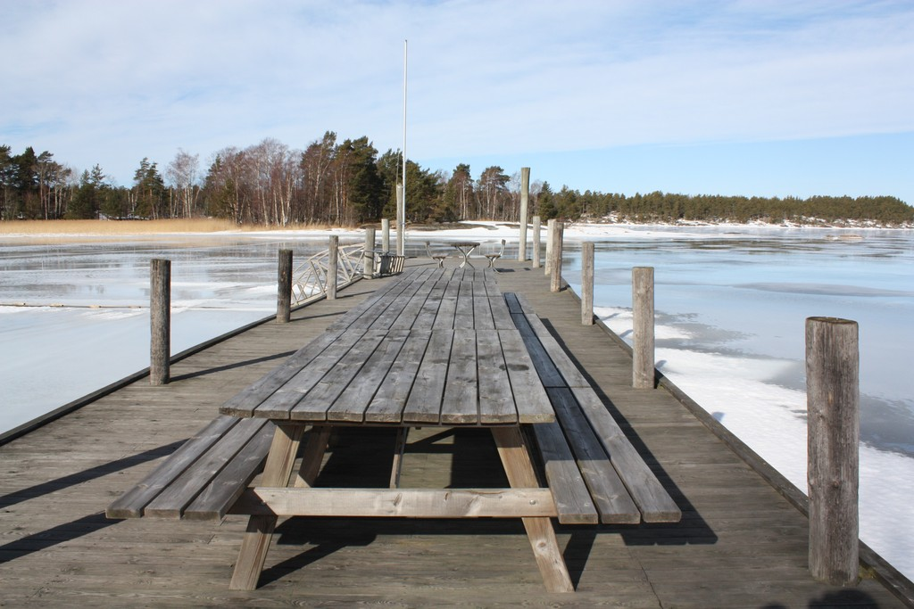 La mesa lista para acoger comensales en el lago Vänern <br> Foto: Israel Úbeda / sweetsweden.com