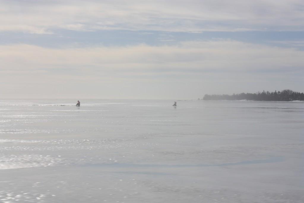 Pesca en el hielo en el lago Vänern en Suecia <br> Foto: Israel Úbeda / sweetsweden.com