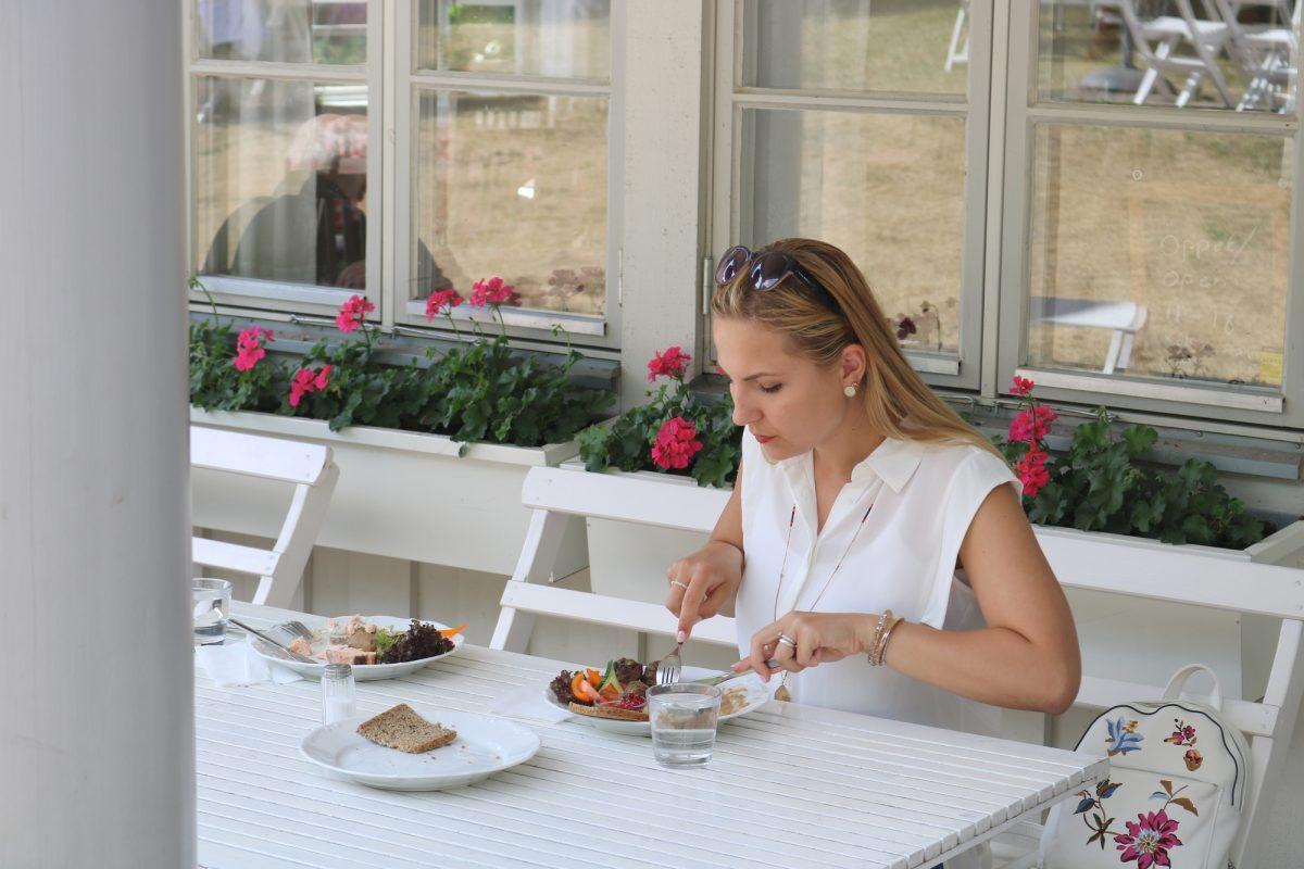 Comiendo junto al palacio de Solliden <br> Foto: Israel Úbeda / sweetsweden.com