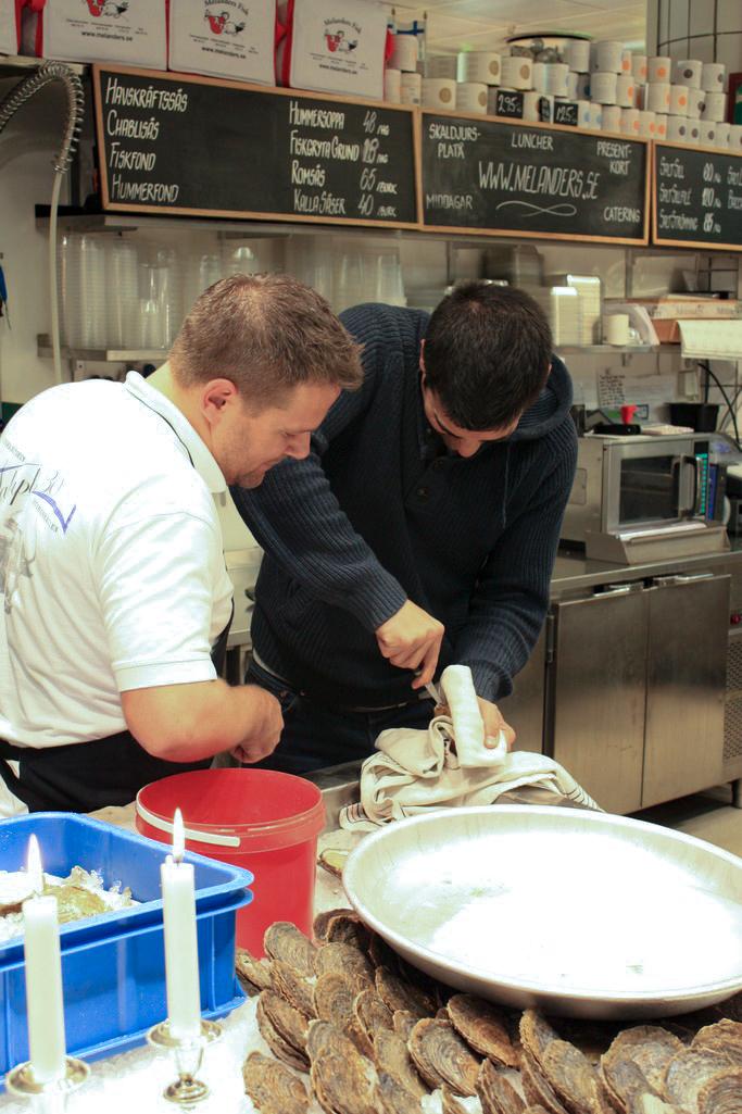 Tratando de abrir una ostra en Estocolmo <br> Foto: Israel Úbeda / sweetsweden.com