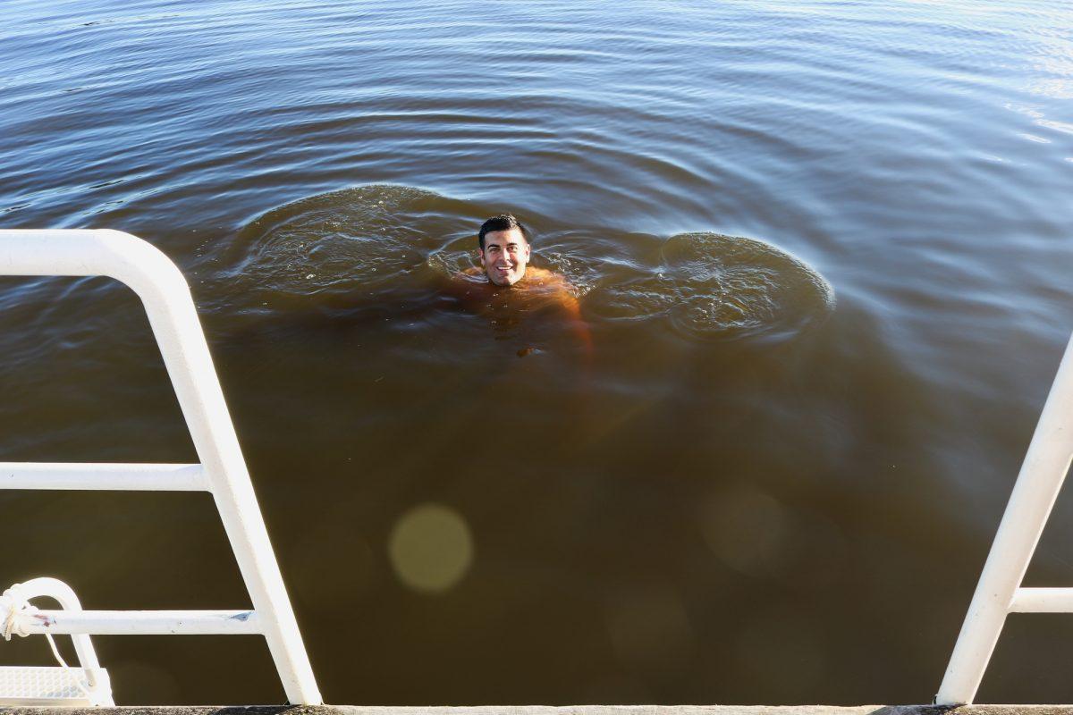 Bañándome en las gélidas aguas del Mälaren en Västerås <br> Foto: Israel Úbeda / sweetsweden.com