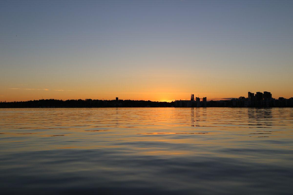 Puesta de sol sobre el lago Mälaren y Västerås <br> Foto: Israel Úbeda / sweetsweden.com