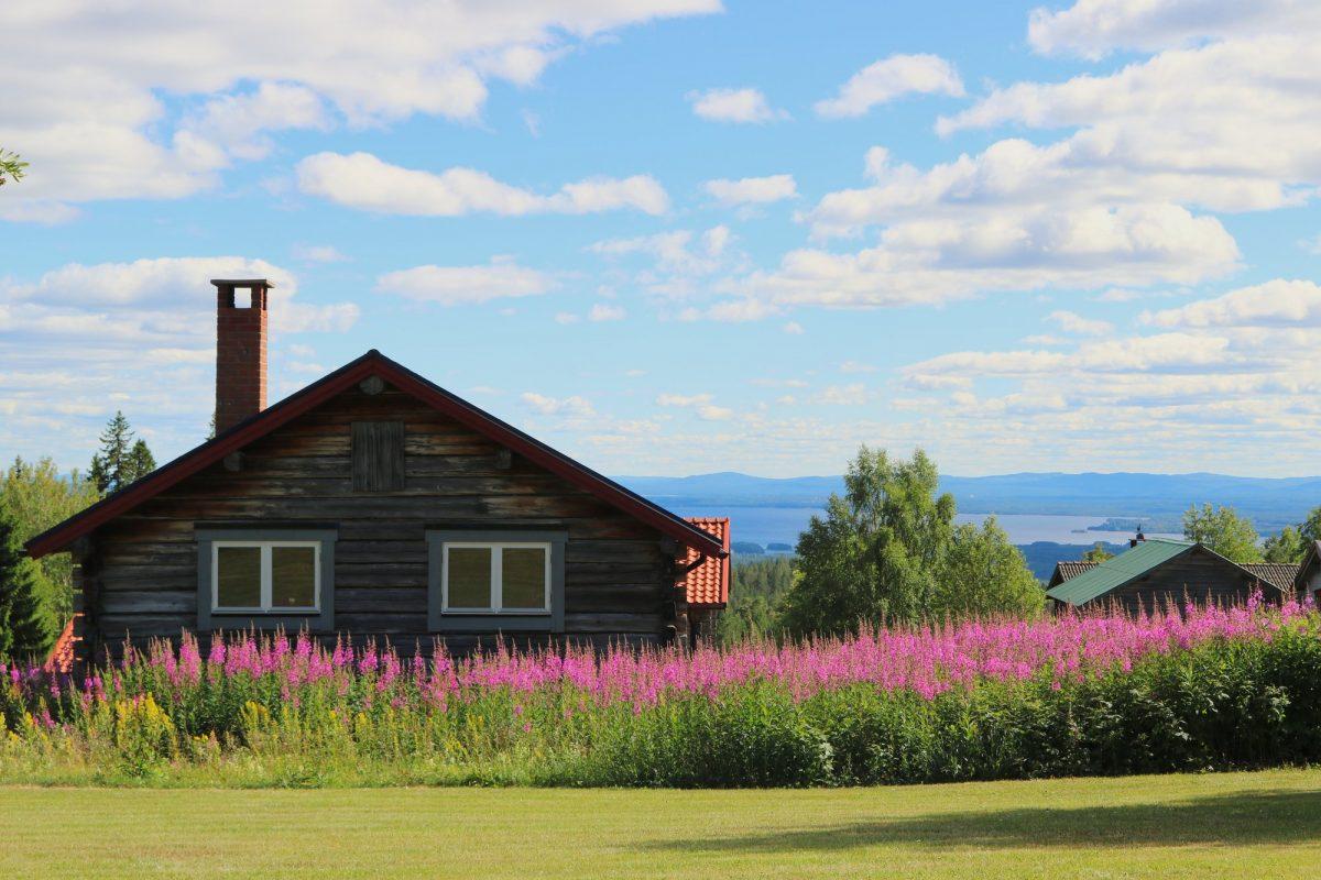 Casa sueca y vista del lago Orsa desde Fryksås, Dalarna <br> Foto: Israel Úbeda / sweetsweden.com