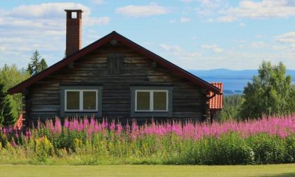 Casa sueca y vista del lago Orsa desde Fryksås, Dalarna Foto: Israel Úbeda / sweetsweden.com