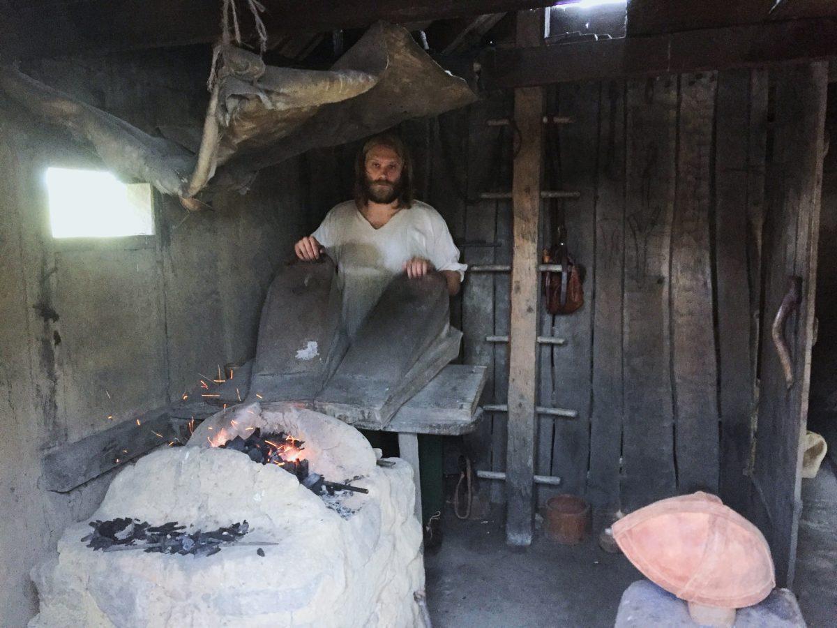 Vikingo a punto de trabajar el hierro <br> Foto: Israel Úbeda / sweetsweden.com