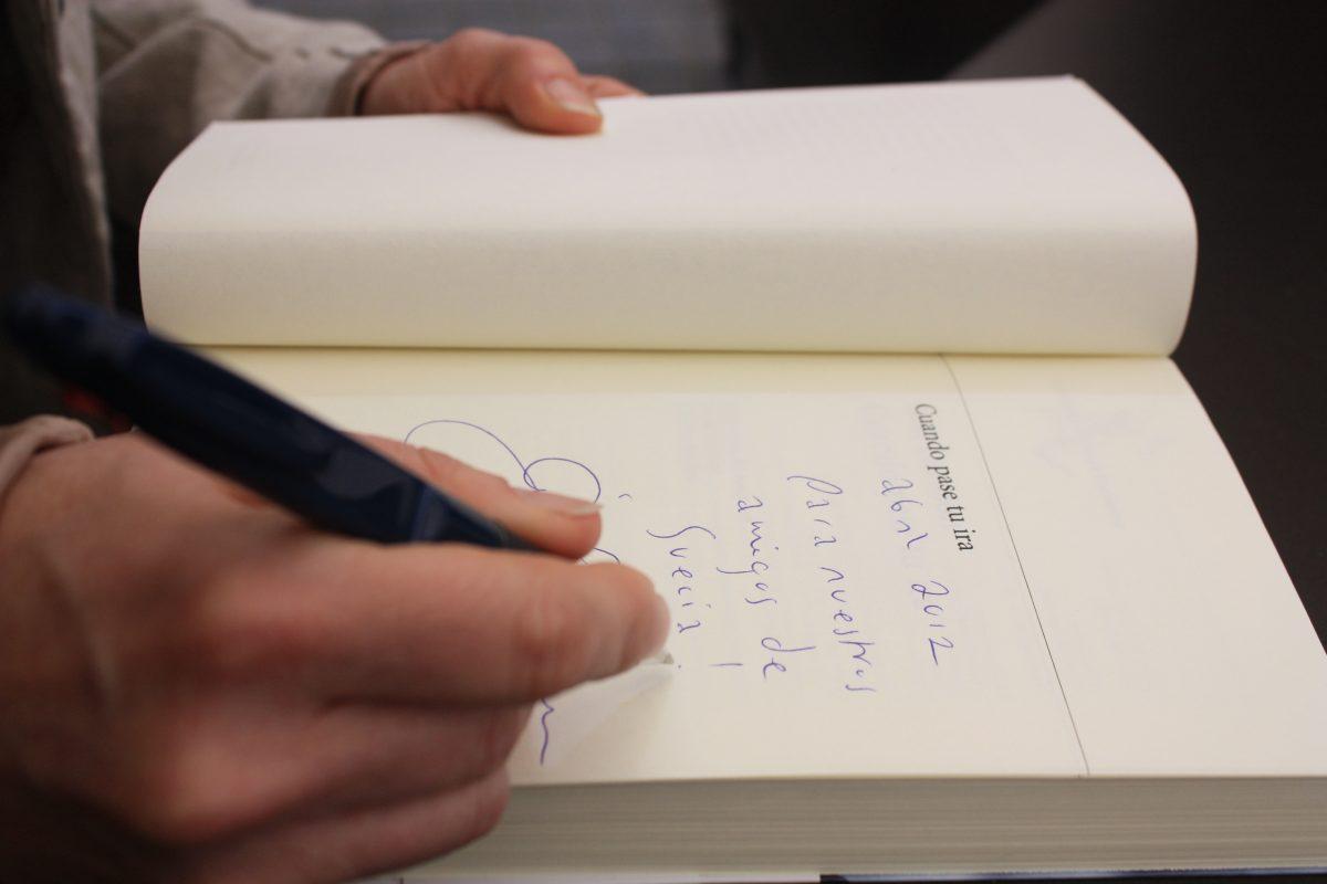 Åsa Larsson firmando su libro <br> Foto: Israel Úbeda / sweetsweden.com