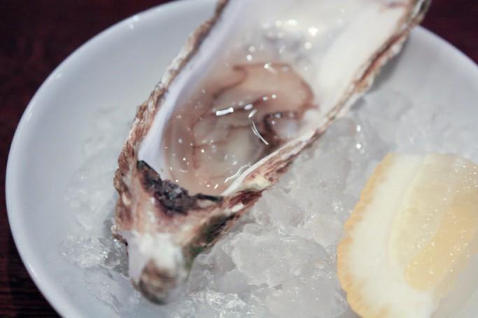 Degustando una ostra en el Blå Kök & Bar en Karlstad, foto: Israel Úbeda