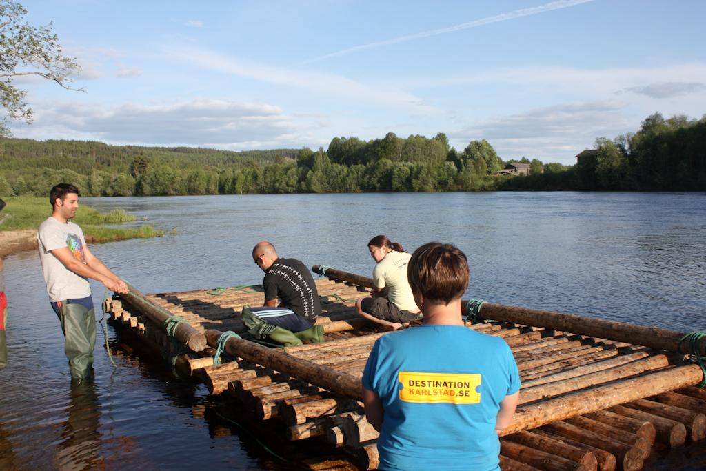 Uniendo las dos balsas en el río Klara, Värmland <br> Foto: Israel Úbeda / sweetsweden.com