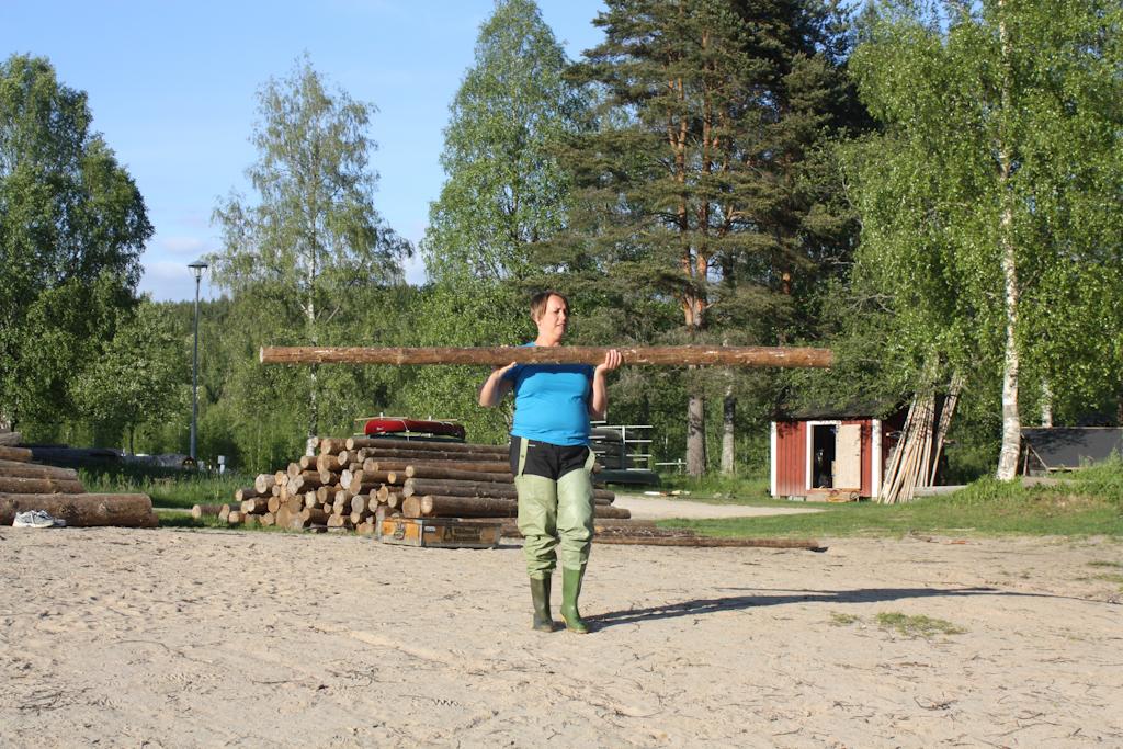 Maria llevando troncos hasta la orilla <br> Foto: Israel Úbeda / sweetsweden.com