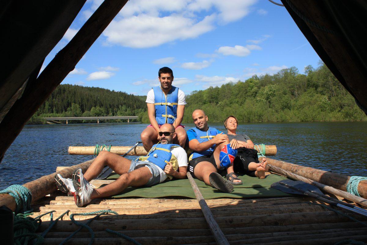 Descendiendo el río Klara en balsa de troncos <br> Foto: Israel Úbeda / sweetsweden.com