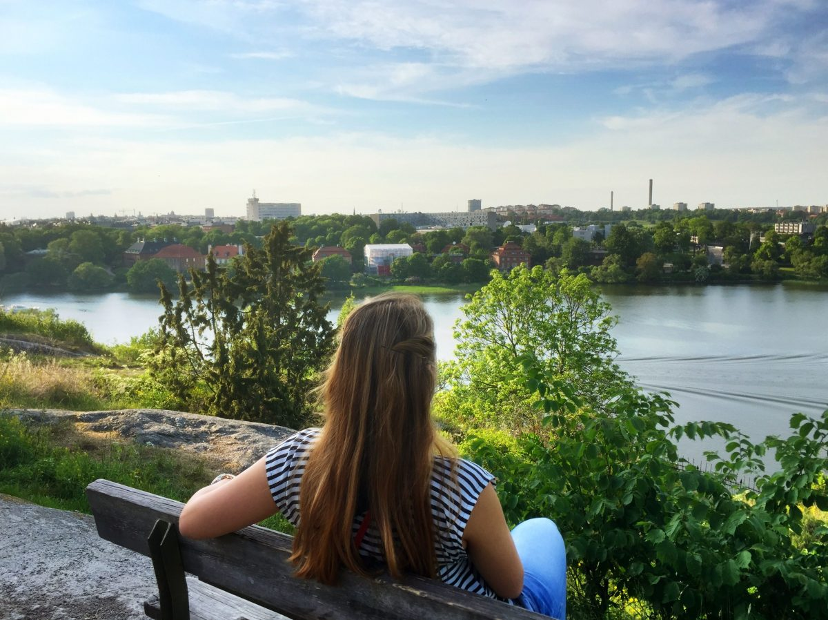 Mi mujer contemplando las vistas desde Skansen <br> Foto: Israel Úbeda / sweetsweden.com