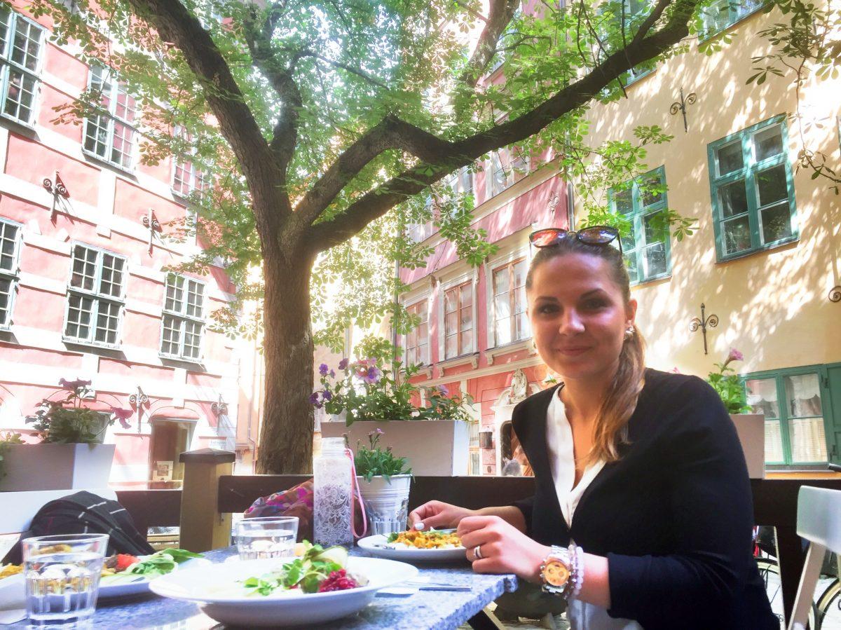 Comiendo con mi mujer en el restaurante Under Kastanjen en Gamla Stan <br> Foto: Israel Úbeda / sweetsweden.com