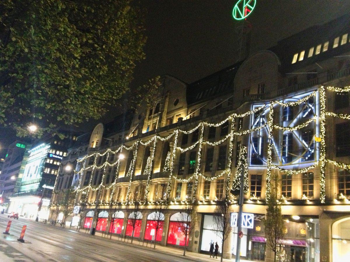 Almacenes NK en Estocolmo ya iluminados para Navidad en noviembre Foto: Israel Ubeda / sweetsweden.com