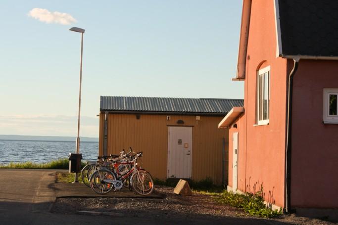 Bicis aparcadas junto a la playa del lago Vättern en Jönköping, foto: Israel Úbeda