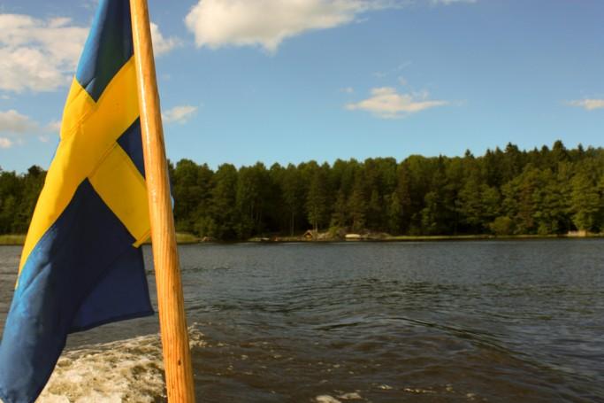 Bandera sueca ondeando desde la barca - foto: Israel Úbedac