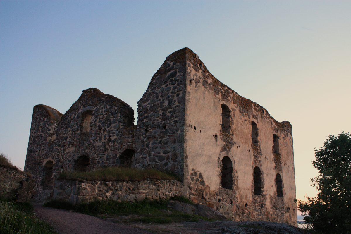 Ruinas de Brähehus cerca del lago Vättern en Suecia <br> Foto: Israel Ubeda / sweetsweden.com