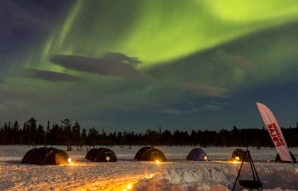 La Fjällräven Polar bajo la aurora boreal