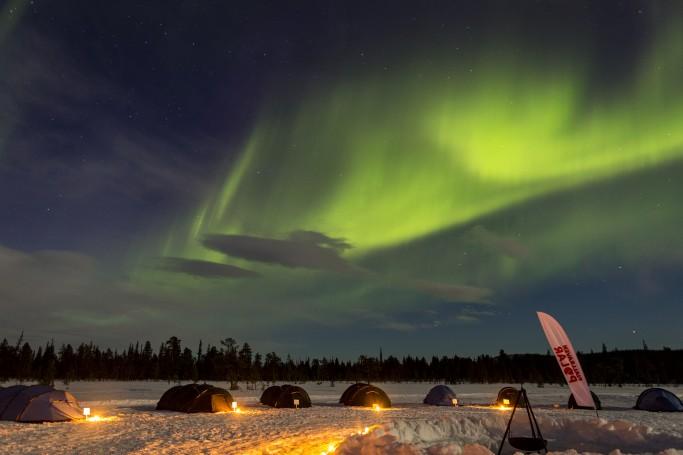 La Fjällraven Polar bajo la aurora boreal