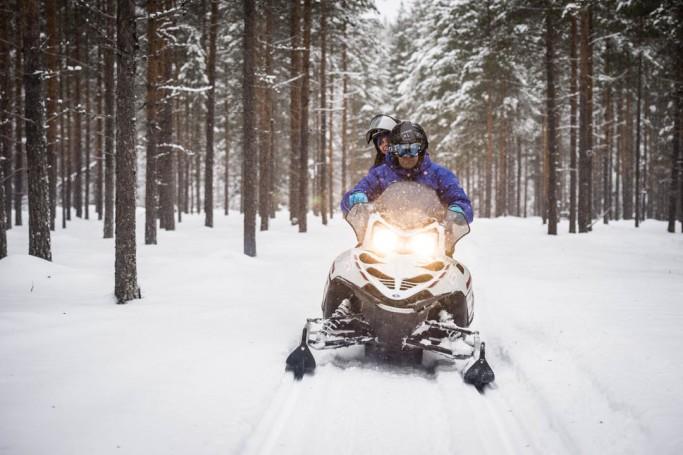 Pilotando moto de nieve en Laponia sueca - Foto: Ted Logardt / visitskellefteå.se