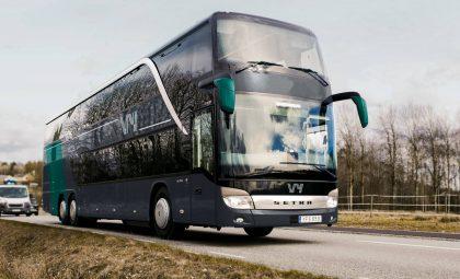 Autobus de Vy por una carretera sueca