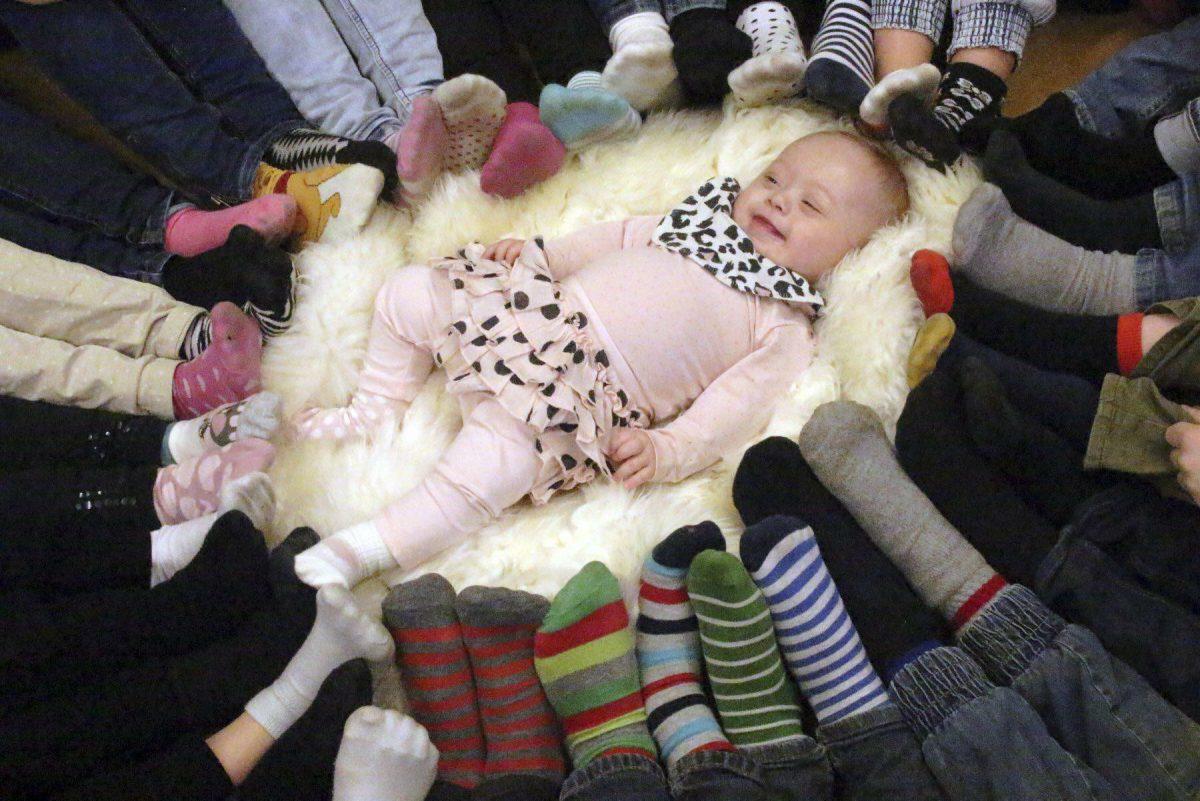 Adelina rodeada de calcetines #rockasockorna <br> Foto: Frida Ekborg - Kungalvsposten