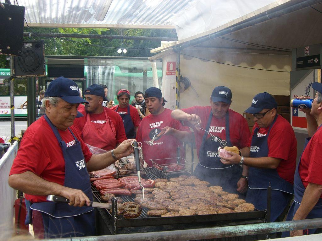 Chilenos de Malmö preparando comida en el Malmöfestivalen <br> Foto: Israel Ubeda / sweetsweden.com