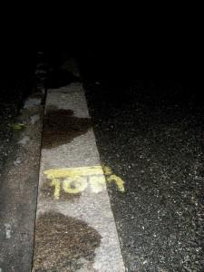 Marca señalando los 10 metros mínimos de distancia a la esquina en Eskilstuna, Suecia