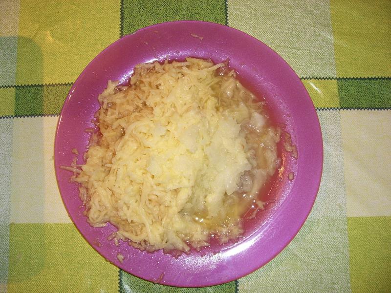 Preparando albóndigas suecas: rallar patata y cebolla - Foto: Israel Úbeda / sweetsweden.com