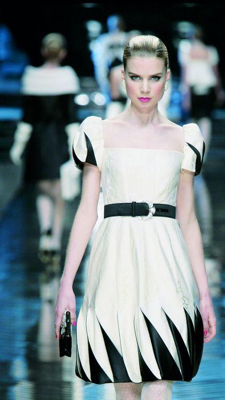 Elsa Sylvan desfilando para Valentino