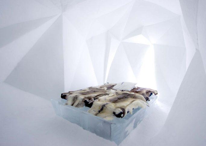 Habitación en el hotel de hielo IceHotel 365 en Suecia