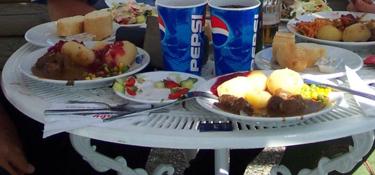 Comiendo albóndigas suecas a pie de autopista <br> Foto: Israel Úbeda / sweetsweden.com