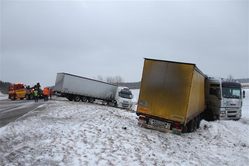 Camiones haciendo la tijera en Suecia debido a la nieve