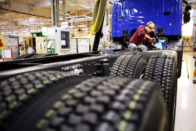Mujer trabajando en la Scania de Södertälje, Suecia - Foto Melker Dahlstrand - imagebank.sweden.se