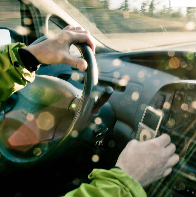 Usando el móvil al volante en Suecia