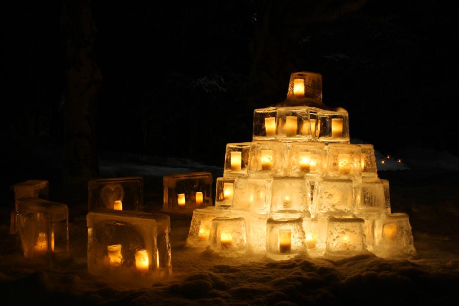 Linternas de hielo iluminan la noche en Vuollerim <br> Foto: laplandvuollerim.se