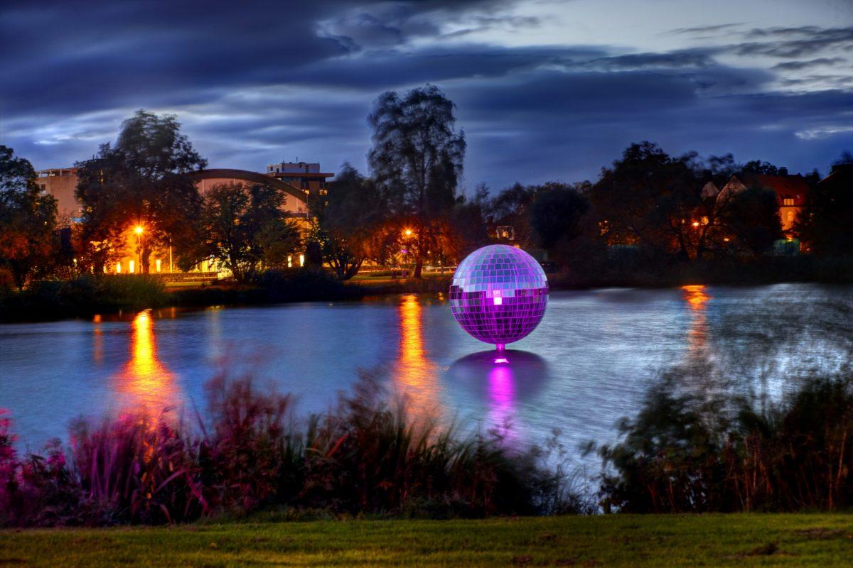 La bola de espejos en el lago de Växjö <br> Foto: Mats Samuelsson