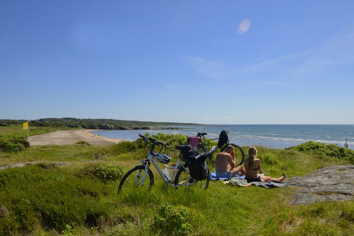 Getting a tan and chilling along the Kattegatleden cycle route in Sweden <br /> Photo: Region Halland